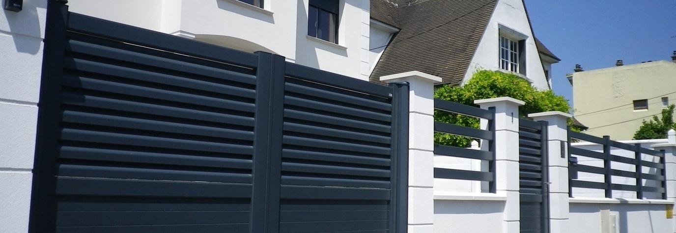 Quels sont les avantages d'un portail en alu pour votre maison ? – Source image : Monsieur Store