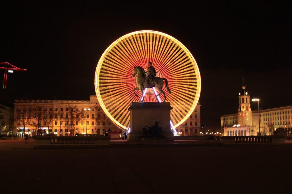la grande roue et la statue de Louis XIV