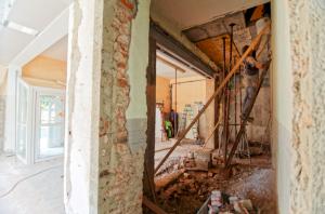 Grande pièce à vivre d'une maison en plein travaux de rénovation