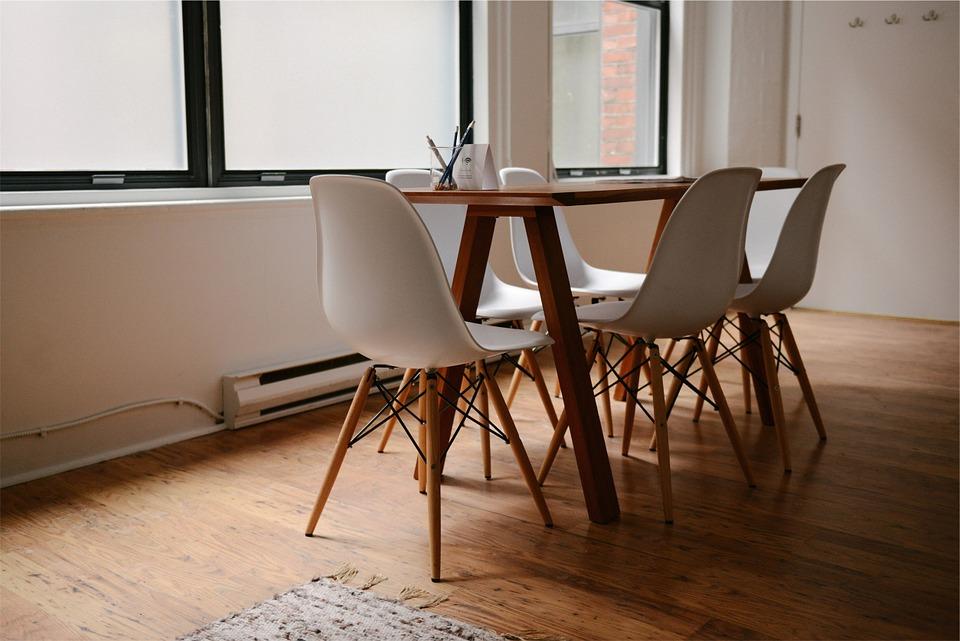 Table et chaises de salle à manger dans un appartement meublé