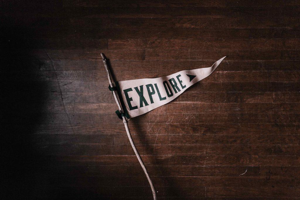 Un fanion avec le mot explore