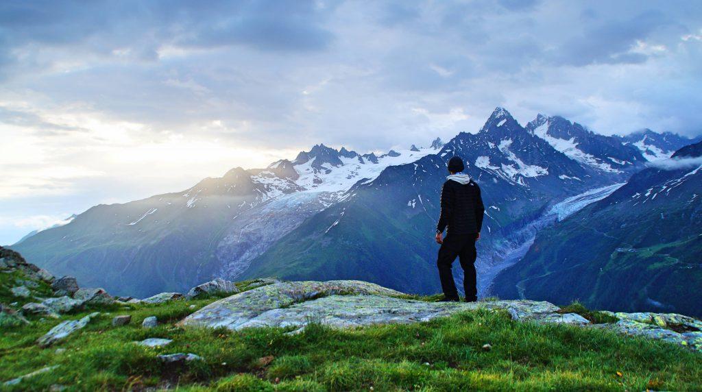 Une homme face à un panorama de montagne