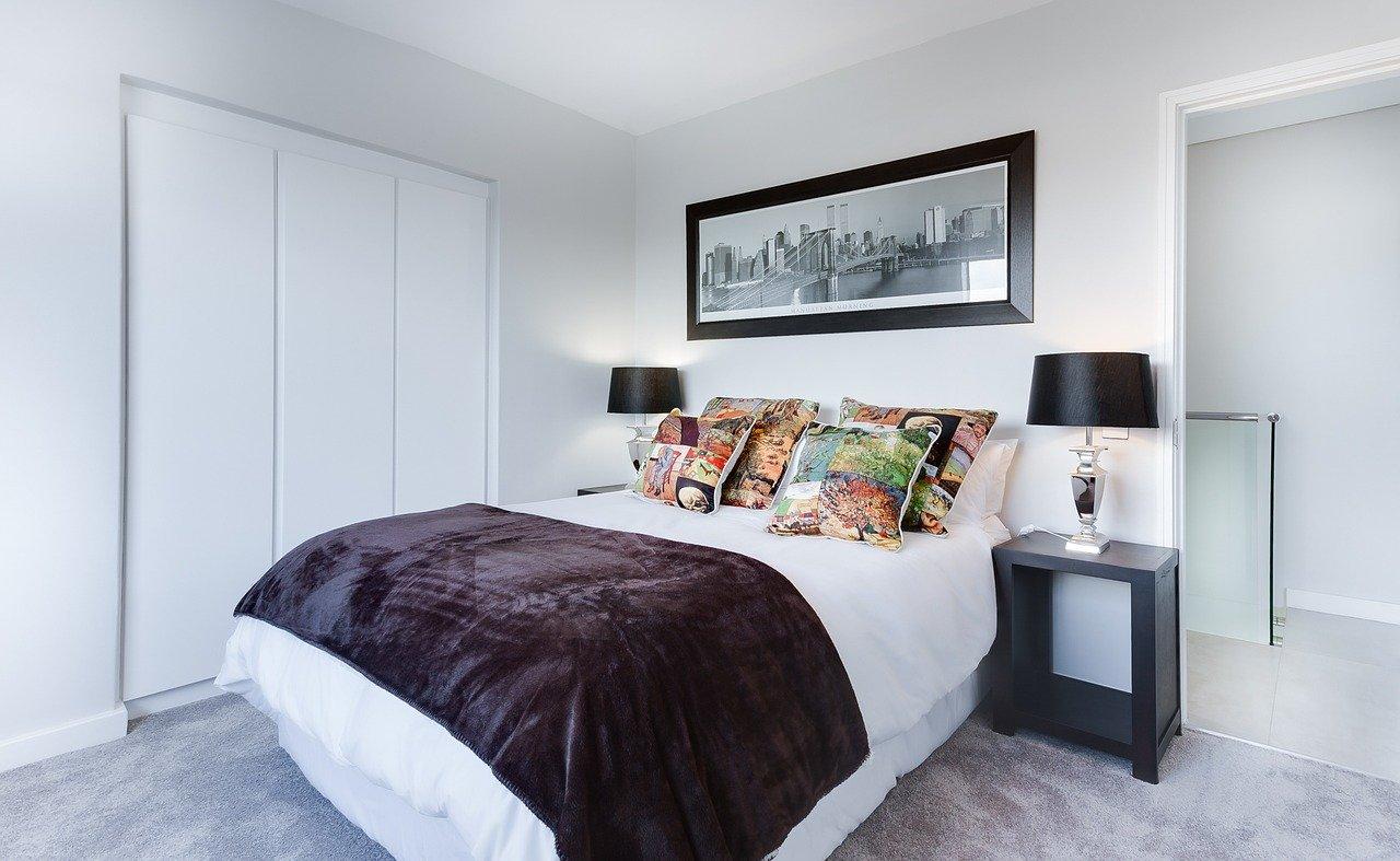 Chambre à coucher moderne et claire