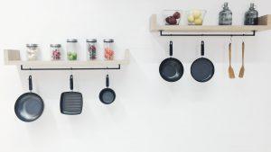 étagères design avec ustensiles de cuisine