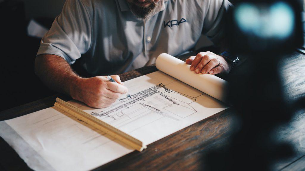 homme faisant un plan de construction